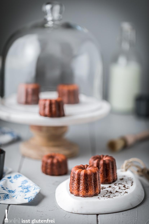 Cannelés auf Kuchenplatte