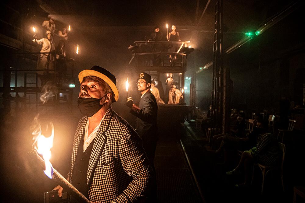 """Mann mit Hut Touren: das Theaterspektakel """"Die letzten Tage der Menschheit"""" in der Regie von Paulus Manker. Impression einer österreichischen Aufführung. Foto © Sebastian Kreuzberger/slkphoto.at"""
