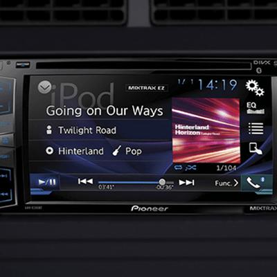 Radio touchscreen de 6.2 con 4 parlantes.   Excelente sonido para tus viajes, con una pantalla touchscreen de 6.2 con AM/FM, DVD/CD/MP3, entrada USB, auxiliar y bluetooth.