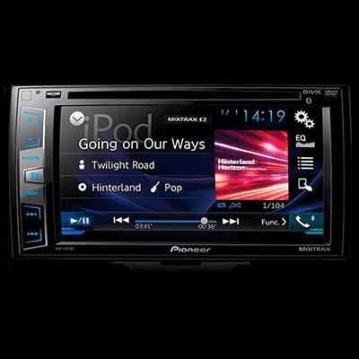 """Sistema de audio.   Con pantalla táctil de 6.2"""" y 4 parlantes, para reproducir tu música por DVD, CD, MP3, USB, AUX y Bluetooth, con controles adicionales incorporados en el timón."""