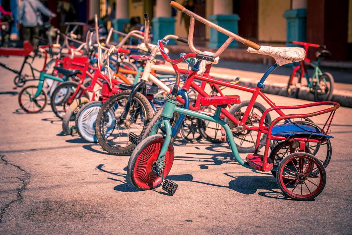 fietsen voor de school in bayamo cuba