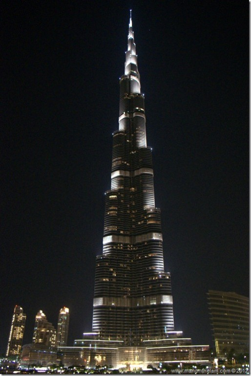 Worlds-tallest-building-at-night-Burj-Khalifa-Dubai-United-Arab-Emirates