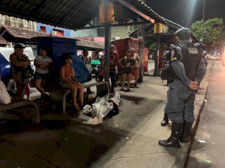 Homem é morto a tiros em parada de ônibus no Centro de Manaus