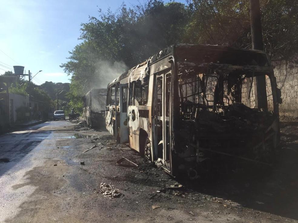 Ambulância e diversos ônibus são incendiados durante atentados em Manaus