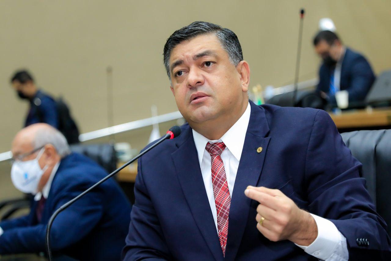 Deputado Dermilson Chagas protocola convite para ex-secretário e atual titular da Seduc comparecerem na Aleam