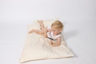 Nordic Sky Baby dyner, er 100% økologisk bomuld.