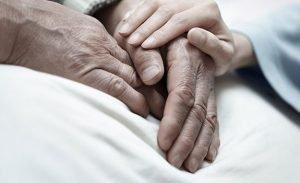 oude-man-in-ziekenhuis-bed