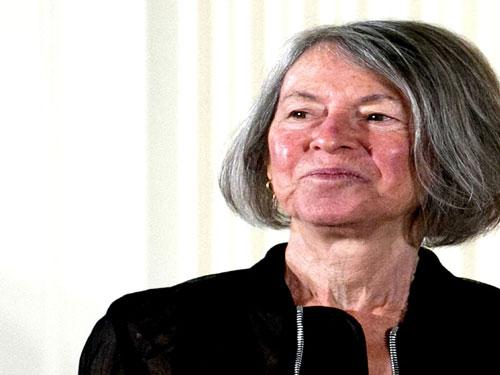 الشاعرة الأمريكية لويز جلوك تفوز بجائزة نوبل في الأدب لعام 2020
