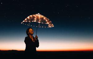 أسطورة السعادة.. لماذا لا نريد أن نكون سعداء دائماً؟