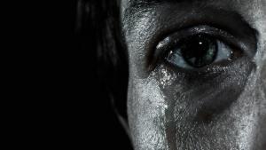 كيف يساعدنا الحزن في البقاء على قيد الحياة؟