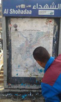إزالة الإعلانات عن مدخل مترو الشهداء برمسيس