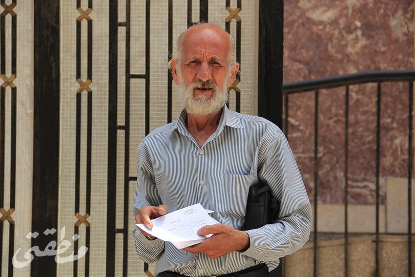 محمد وردة أمام مبنى المحافظة بعد تقديمه الالتماس
