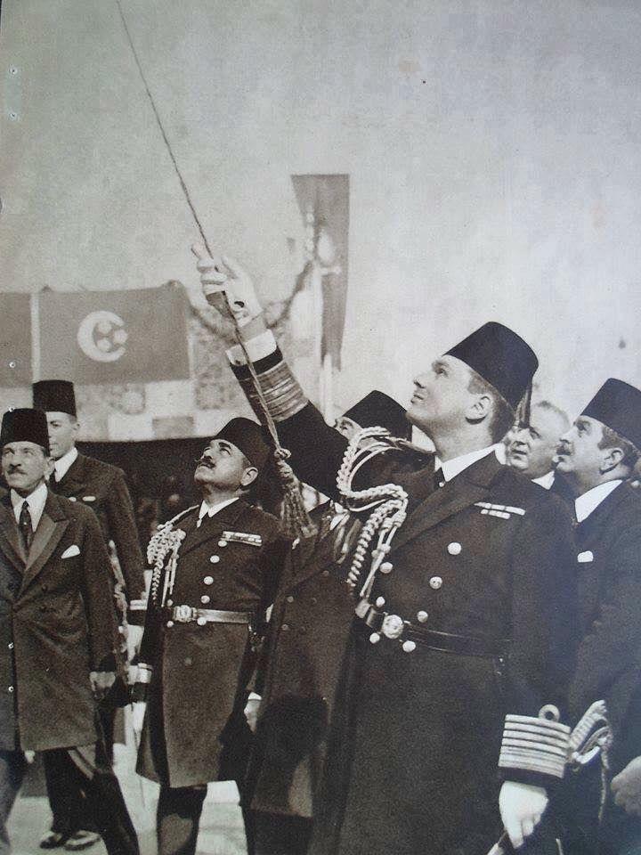 الملك فاروق يرفع الستار عن تمثال جده