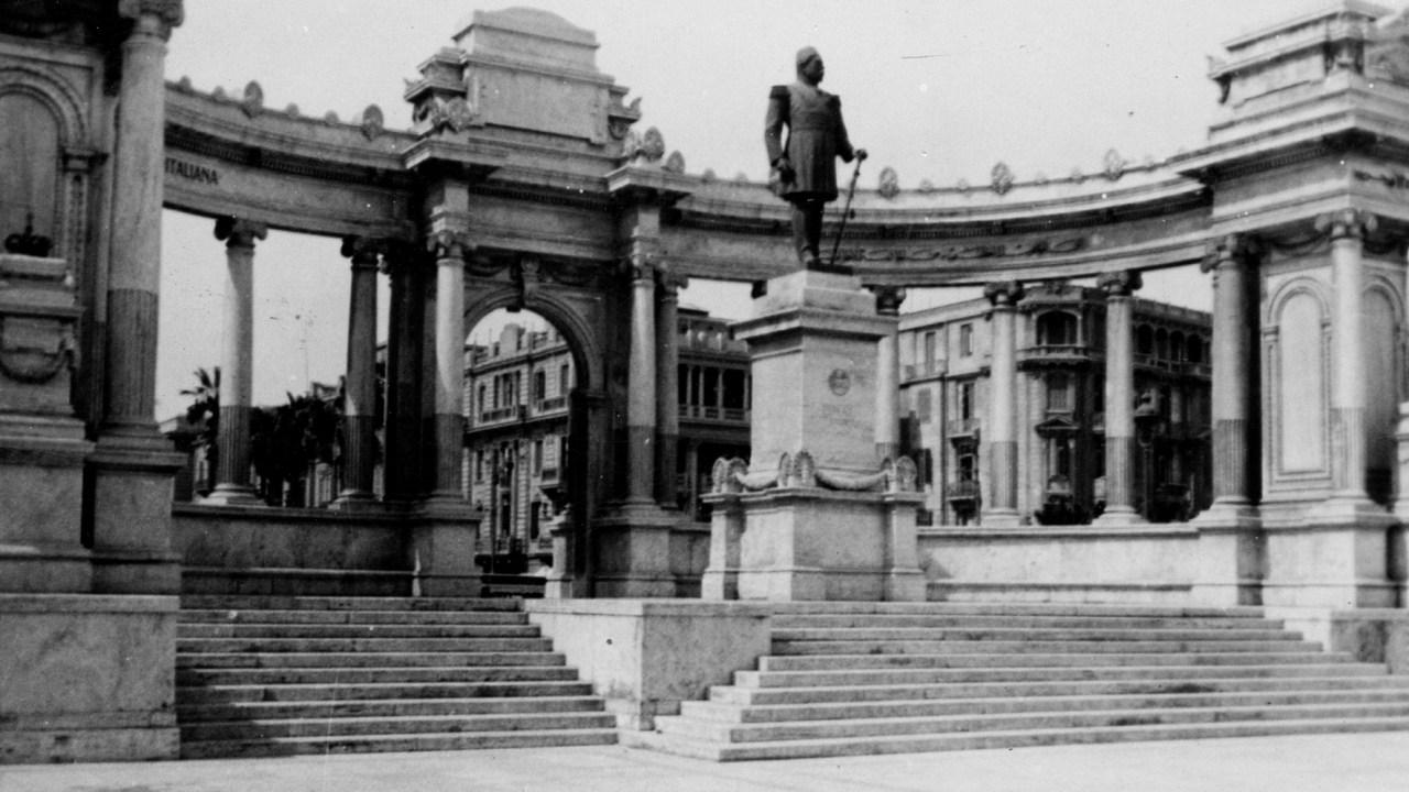 صورة نادرة لتمثال الخديوي إسماعيل بميدان المنشية (الجندي المجهول) على كورنيش مدينة الإسكندرية – 24 مارس 1941 – توم بايزلي/فليكر