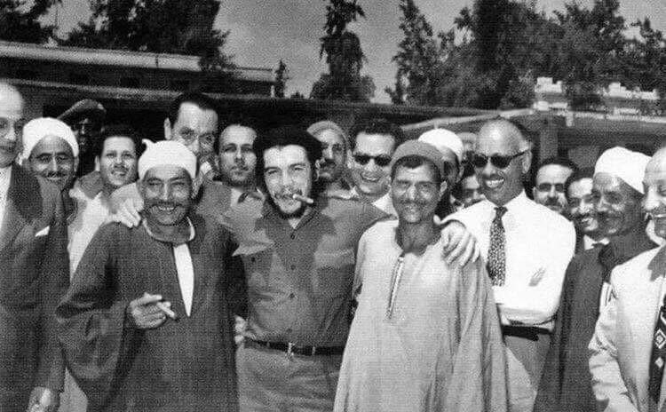 جيفارا أثناء زيارته لمصر في ستينات القرن الماضي