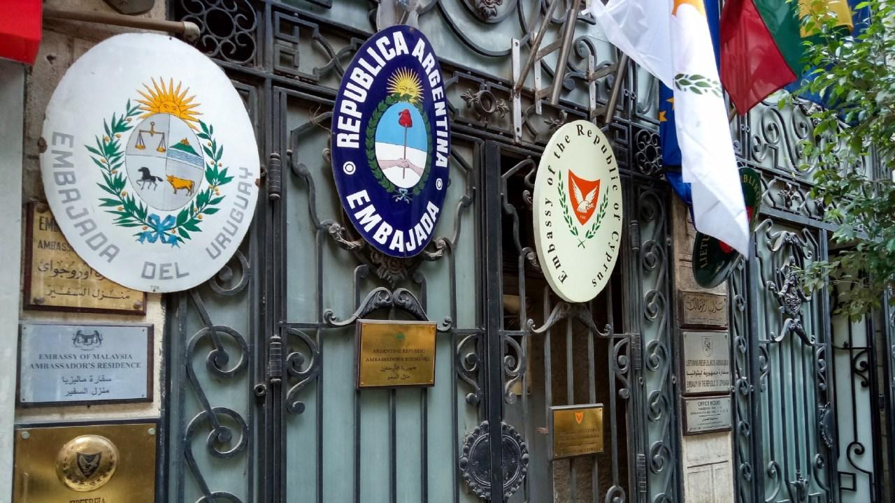 العمارة رقم 23 أ، ب شارع محمد مظهر، وتقع بجوار فندق هيلتون (السفير سابقا)، وتسمى عمارة «سراي الزمالك» تصوير صديق البخشونجي