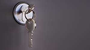 ¿Cómo abrir una puerta de metal?