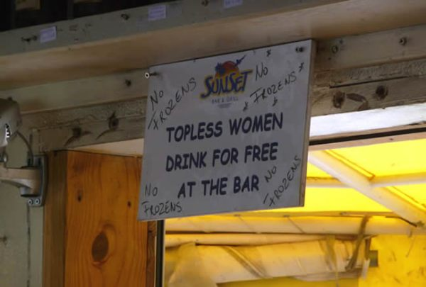 Humor caribenho em Maho Beach, Saint-Martin