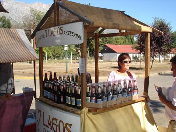 El Bolsón - vendedora de cervejas artesanais