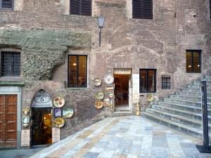 Escadaria no centro de Siena, Itália