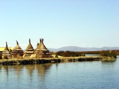 Ilha Flutuante em frente à cidade de Puno, no Titicaca, Peru