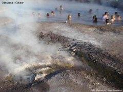 Piscina natural térmica junto do gêiseres, no Atacama, Chile