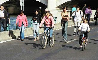 Pista do lado do Sena, liberada para pedestres nos domingos