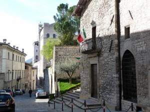 Rua em Gubbio, Itália