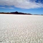 Uma capa branca de sal cobre o Salar de Uyuni