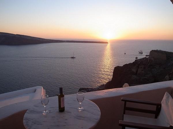 Apartamentos nas encostas em Santorini, Grécia -, Foto Maggel Meng C BY