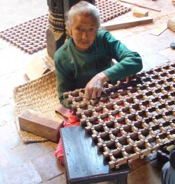 Artesã de madeira em Bhaktapur