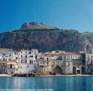 Cefalú vista do mar, Sicília, Itália