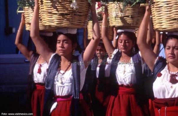 Mexicanas com roupas típicas