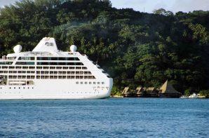 Navio de cruzeiro em Bora Bora
