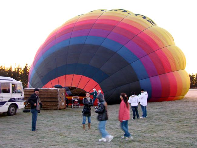 Preparativos para vôo de balão sobre a Ilha do Sul