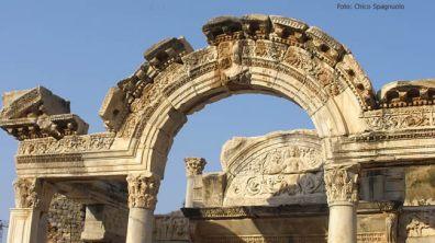 Ruínas de portal em Éfeso, Turquia