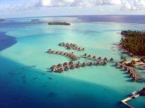 Sobrevoando a laguna de Bora Bora de helicóptero