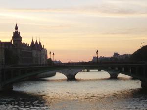 Rio Sena, no poente, Paris, França