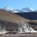 Gêiser entre picos nevados