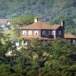 Arquitetura em madeira no meio do verde