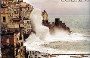 Dia de mar bravo na Costa Amalfitana, Itália - Fot