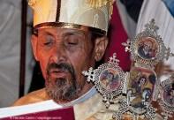 Sacerdote da igreja Bet Maryam, Casa de Maria, lê um texto sagrado - Foto Haroldo Castro
