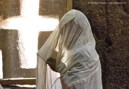10- Fiel lê trechos da Bíblia, na igreja Bet Medhane Alem