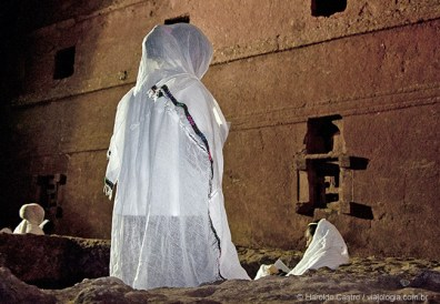 Fiel reza no pátio ao redor de Bet Maryam, Casa de Maria - Foto Haroldo Castro