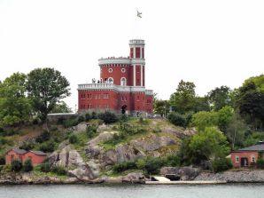 Ilha na costa recortada de Estocolmo