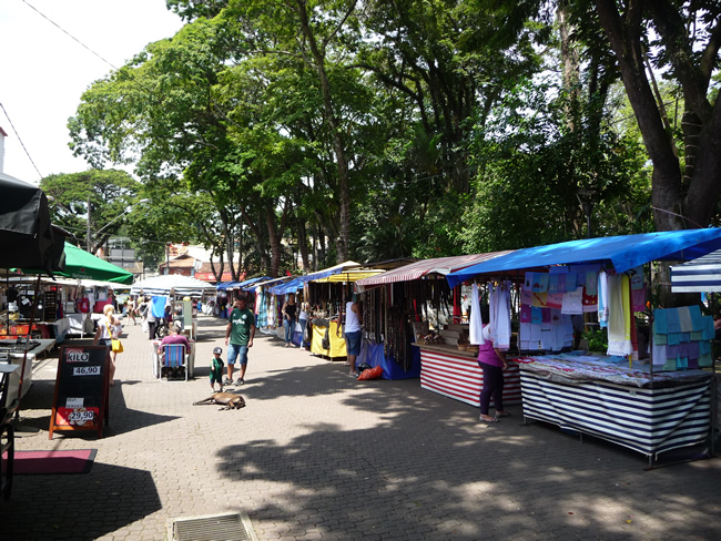 Feira de artesanatos em Embú das Artes