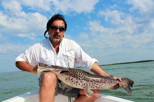 Pescando, na Argentina, no rio Paraná, pintado capturado