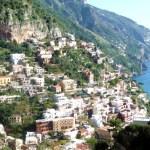 Construções nas encostas, na Costa Amalfitana, Itália