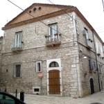 Casarão histórico de pedra, em Venosa, Itália