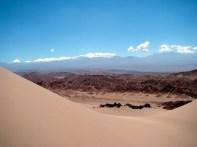 Dunas e picos nevados, no deserto do Atacama, Chile